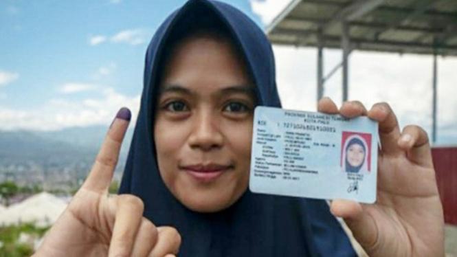 Ilustrasi pemilih tunjukkan jarinya setelah dicelupkan ke tinta (antara)