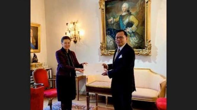 Dubes RI untuk Swedia, Kamapradipta Isnomo, menyerahkan Surat-Surat Kepercayaan kepada Raja Carl XVI Gustaf melalui Chief of Protocol Kemlu Swedia, Ambassador Maria Christina Lundqvist, di Stockholm Kamis 19 November 2020.
