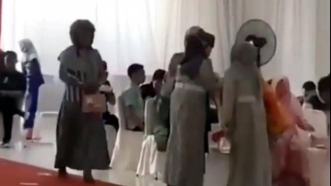 Seorang wanita jadi sorotan saat datang ke pesta pernikahan