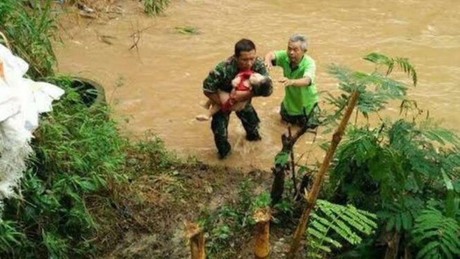 VIVA Militer: Pelda Muhammad Idris menyelamatkan balita hanyut di sungai deras