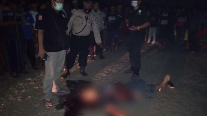 Warga Kampung Bayur, Kelurahan Periuk Jaya, Kecamatan Periuk, Kota Tangerang, Banten dihebohkan dengan penemuan mayat yang tergeletak di jalanan kampung itu.