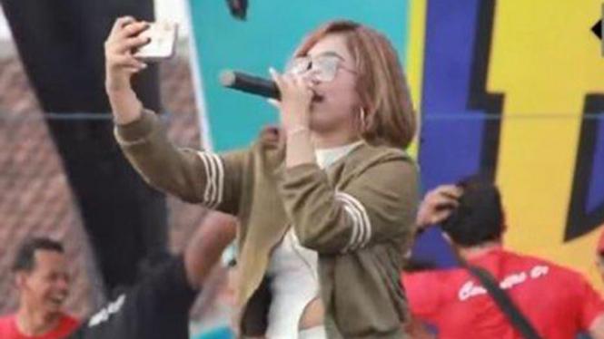 Penyanyi dangdut Anggun Pramudita dengan jargon Tarik Sis, Semongko!