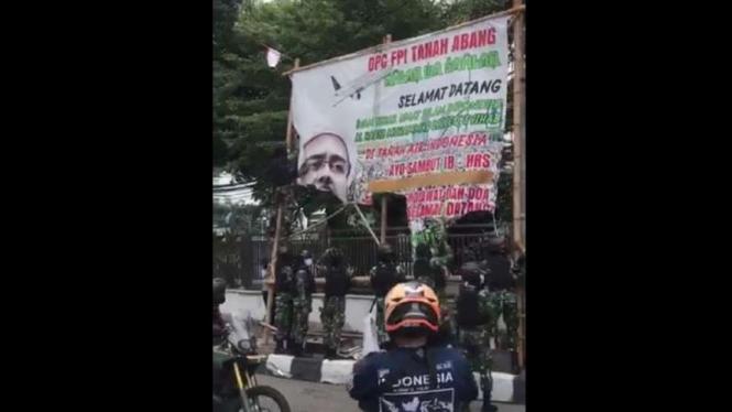 VIVA Militer: TNI sweeping dan copot baliho depan Markas FPI.
