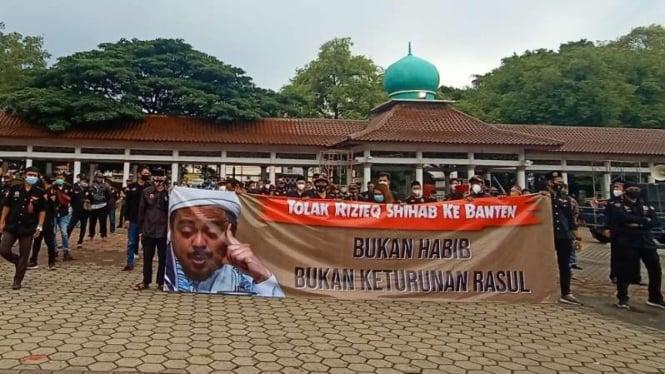 Aksi unjuk rasa menolak Habib Rizieq Shihab ke Banten. Terbentang spanduk bertuliskan; Tolak Rizieq Shihab ke Banten, Bukan habib, Bukan Keturunan Rasul.