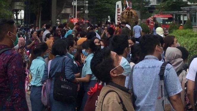 Massa berkumpul di depan Lotte Shopping Avenue, Jakarta Selatan.