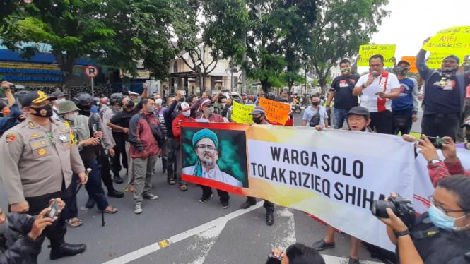 Polisi bubarkan demo tolak Habib Rizieq