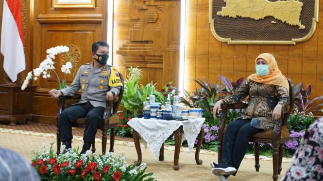 Gubernur Jatim Khofifah Indar Parawansa, bersama Kapolda Jatim Irjen Pol Nico Afinta.
