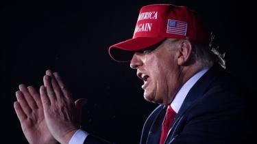 https://thumb.viva.co.id/media/frontend/thumbs3/2020/11/22/5fb99a34e71d6-dapatkah-donald-trump-membalikkan-hasil-pemilu-amerika-serikat_375_211.jpg