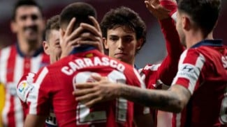 Pemain Atletico Madrid, Yannick Carrasco rayakan gol.