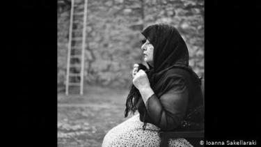 https://thumb.viva.co.id/media/frontend/thumbs3/2020/11/22/5fb9b7f756e96-mengenal-moirolog-perempuan-yang-berkabung-secara-profesional-di-yunani_375_211.jpg