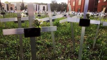 https://thumb.viva.co.id/media/frontend/thumbs3/2020/11/22/5fb9cf7b7db66-kuburan-janin-hasil-aborsi-dengan-nama-para-ibu-di-italia-timbulkan-kontroversi-itu-bukan-kuburan-saya-tapi-putra-saya_375_211.jpg