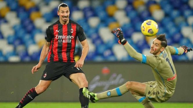 Bomber AC Milan, Zlatan Ibrahimovic saat membobol gawang Napoli