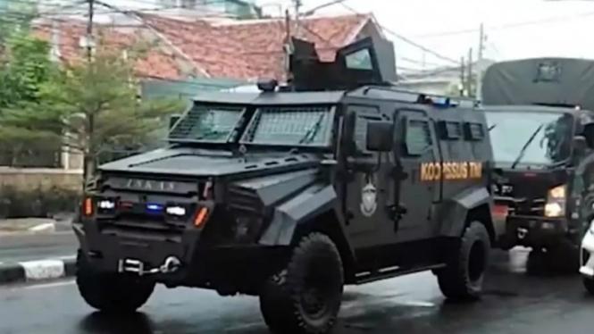 Kendaraan taktis Koopsus TNI melintas markas FPI