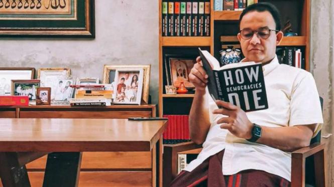 Gubernur DKI Anies Baswedan baca buku How Democracies Die