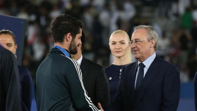 Gelandang Real Madrid Isco Alarcon dan Florentino Perez.