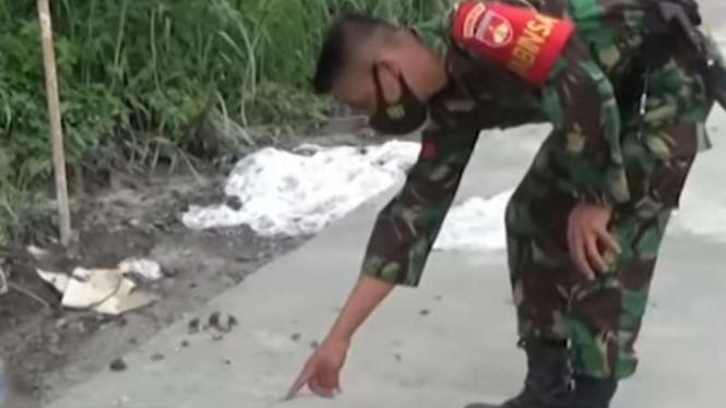 VIVA Militer: Koptu TNI Eko tunjukkan jejak kaki macan.