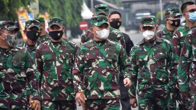 VIVA Militer: Pangdam Jaya, Mayjen TNI Dudung Abdurachman (tengah)