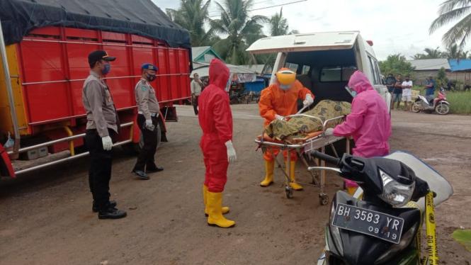 Evakuasi Mayat Arifin Warga Malang Yang Meninggal di Jambi