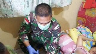 VIVA Militer: Prajurit TNI Yonif MR 413/Kostrad bantu persalinan warga Papua
