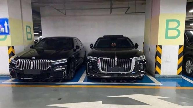 Sedan BMW Seri 7 (kiri) dan mobil China Hongqi H9 (kanan).