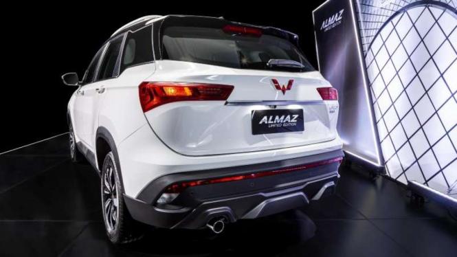 Pintu bagasi Wuling Almaz yang dilengkapi fitur Power Tailgate.
