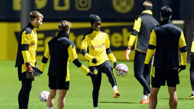 Wonderkid Borussia Dortmund, Youssufa Moukoko (tengah)
