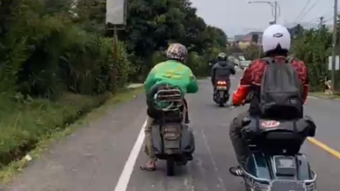Vespa tua melintas di Puncak, Jawa Barat