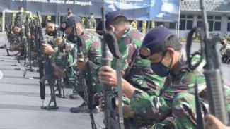 VIVA Militer: Prajurit Kolinlamil latihan bongkar pasang senjata