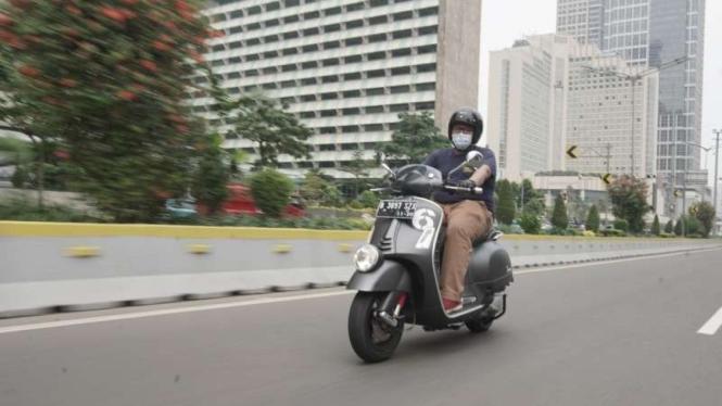 Mencoba berkendara dengan skuter Vespa GTV Sei Giorni terbaru.