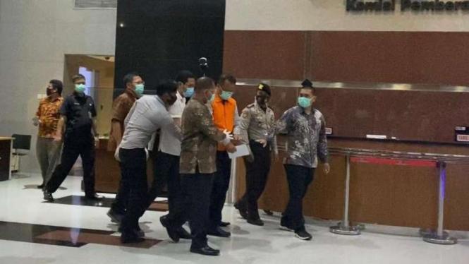 Usai menjalani pemeriksaan, Menteri KKP Edhy Prabowo pakai baju tahanan dan diborgol, Rabu malam, 25 November 2020.