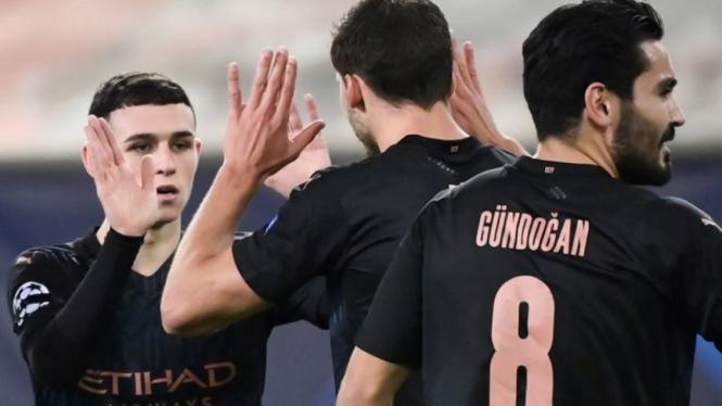 Para pemain Manchester City rayakan gol Phil Foden