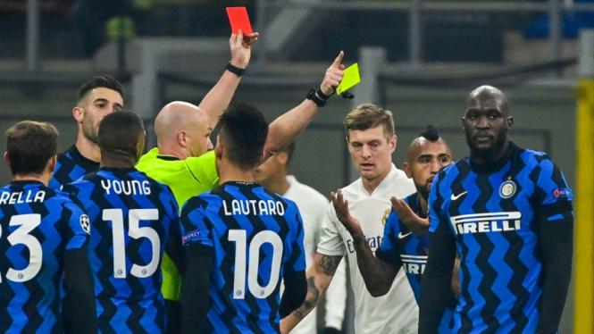 Gelandang Inter Milan, Arturo Vidal, diusir wasit