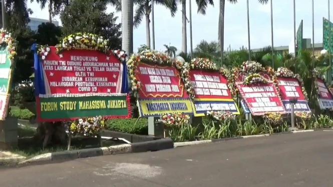 Karangan bunga berjejer di Makodam Jaya.