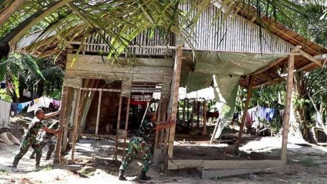 VIVA Militer: Prajurit TNI robohkan rumah Burhan.