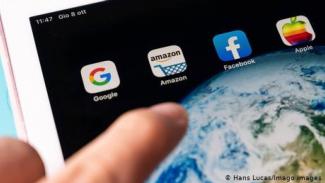 Aplikasi Facebook dan Amazon di smartphone.