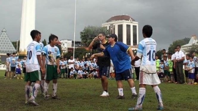 Diego Maradona saat memberikan ilmunya untuk anak muda Surabaya.