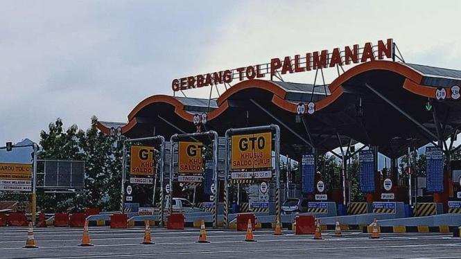 Gerbang tol Palimanan dalam kondisi lalu lintas normal.