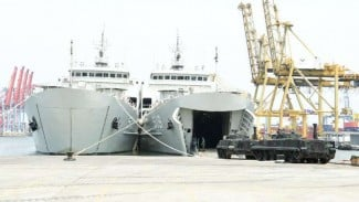 VIVA Militer: Dua kapal perang baru milik TNI AL uji coba embarkasi Tank Tempur
