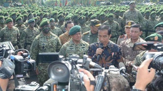 VIVA Militer: Jenderal TNI (purn) GM dampingi Jokowi di Markas Kostrad.