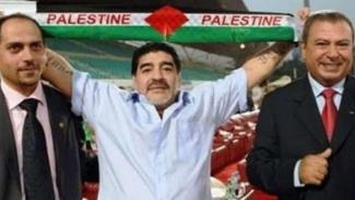 Diego Maradona dengan syal Palestina.