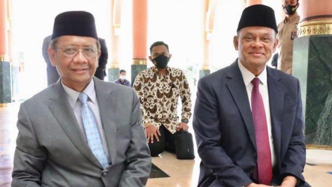 Menteri Koordinator Bidang Politik, Hukum dan Keamanan Mahfud Md duduk bersebelahan dengan mantan panglima TNI Gatot Nurmantyo di masjid kampus UGM, Yogyakarta.