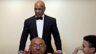 Mike Tyson memakan 'kuping' Roy Jones dalam bentuk kue