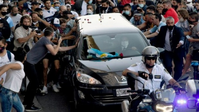 Fans menyerbu mobil jenazah Diego Maradona