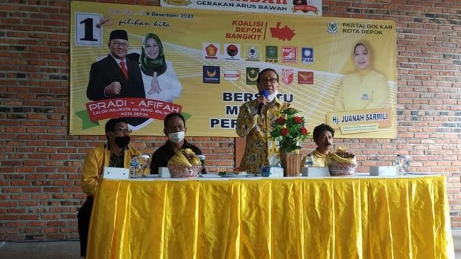 Mantan ketua umum Partai Golkar Akbar Tanjung menghadiri kampanye terbuka pilkada di Depok, Jawa Barat, pada Sabtu, 28 November 2020.
