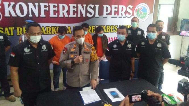 Wakil Kepala Polres Kota Besar Medan AKBP Irsan Sinuhaji berbicara tentang pengungkapan penyalahgunaan narkoba dalam konferensi pers di kantornya, Sabtu, 28 November 2020.