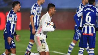 Pemain Real Madrid, Casemiro mengambil bola dari gawang Alaves