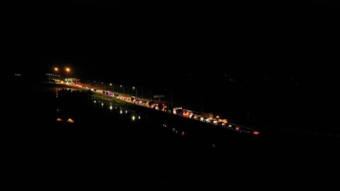 Kondisi lalu lintas kendaraan di Gerbang Tol Sei Rampah pukul 23.15 WIB