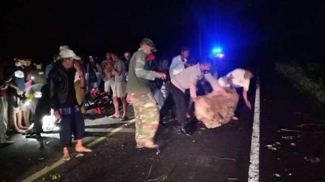Dua pengendara motor di Dompu tewas tertimpa longsoran batu.