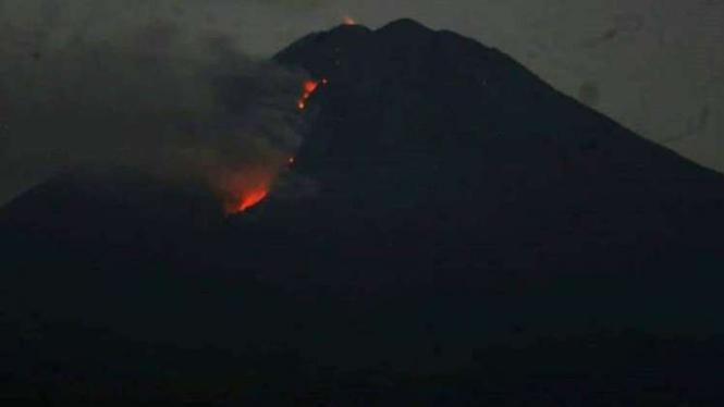 Lava Pijar Terus Meluncur Status Gunung Semeru Kini Waspada