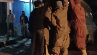 Petugas pemakaman jenazah berstandar COVID-19 di RSU dr Slamet Garut, Jawa Barat
